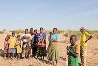 TANZANIA Shinyanga, farmer family of organic cotton project biore of swiss yarn trader Remei AG in Meatu district  / TANSANIA, Farmer Familie des biore Biobaumwolle Projekt der Schweizer Remei AG in Meatu