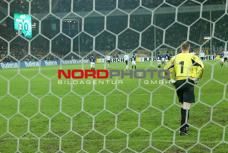 Laenderspiel EM 2004 Qualifikation<br /> Deutschland vs. Schottland 2:1<br /> Entt&scaron;uschter Torwart Robert Douglas - mit Anzeigentafel zum Endstand<br /> <br /> Foto &copy; nordphoto <br />  *** Local Caption *** Foto ist honorarpflichtig! zzgl. gesetzl. MwSt.<br />  Belegexemplar erforderlich<br /> Adresse: nordphoto<br /> Georg-Reinke-Strasse 1<br /> 49377 Vechta