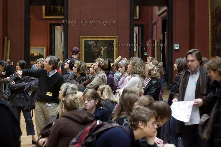 Parigi: visitatori al museo del Louvre <br /> <br /> Paris: Visitors at Louvre Museum