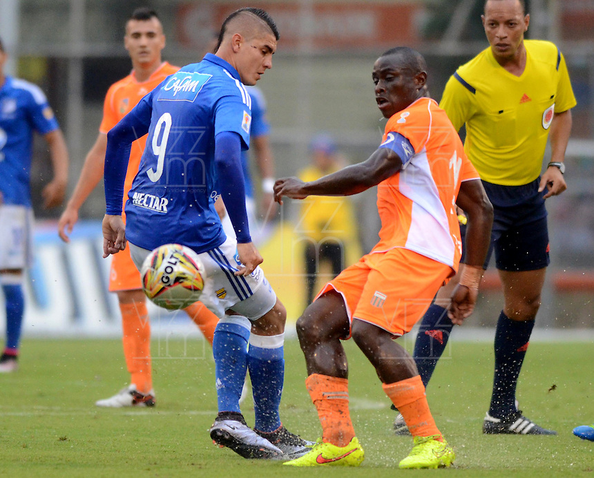 ENVIGADO -COLOMBIA-30-04-2016. Jhonny Mosquera (Der) jugador de Envigado FC disputa el balón con Michael Rangel (Izq) jugador de Millonarios durante partido por la fecha 16 de la Liga Águila I 2016 realizado en el Polideportivo Sur de la ciudad de Envigado./ Jhonny Mosquera (R) player of Envigado FC fights for the ball with Michael Rangel (L) player of Millonarios during match for the date 16 of the Aguila League I 2016 played at Polideportivo Sur in Envigado city.  Photo: VizzorImage/ León Monsalve /STR