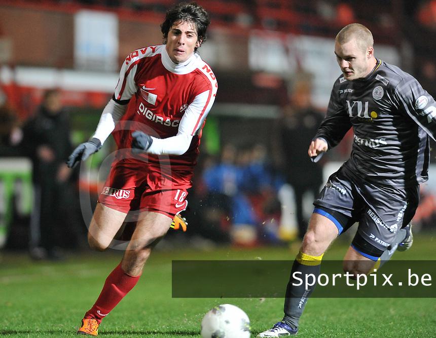 KV Kortrijk - SV Zulte - Waregem : spurtduel tussen Pablo Chavarria (links) en Brian Hamalainen.foto VDB / BART VANDENBROUCKE