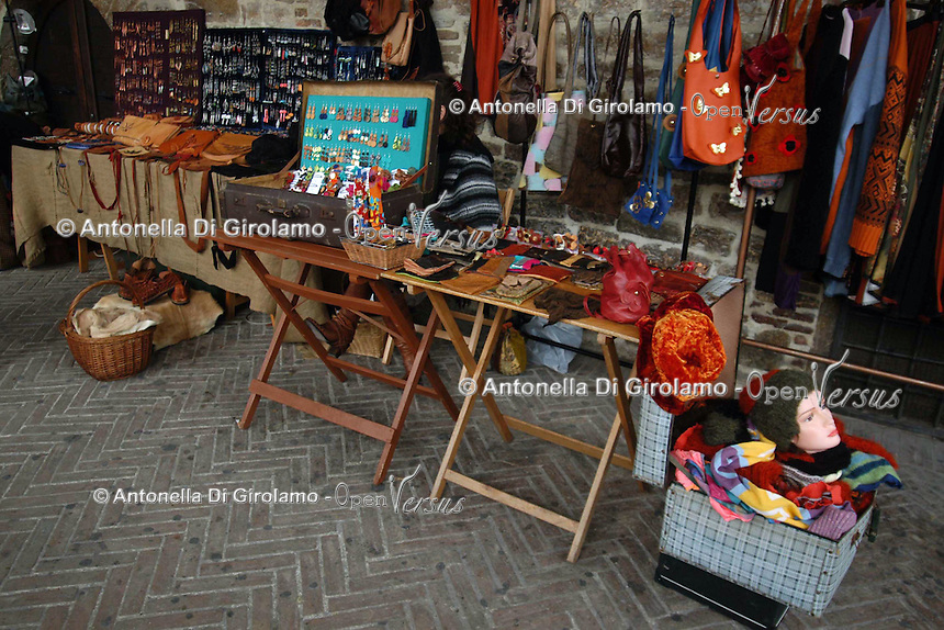 Bancarelle di creazioni artigiane e artistiche e prodotti equosolidali, a sostegno della pace, contro la guerra..Stalls of crafts and artistic creations and fair trade products, in support of peace, against war.....