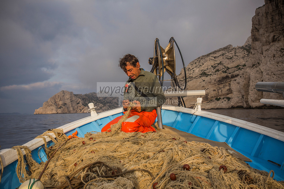 France, Bouches-du-Rhône (13), Marseille, capitale européenne de la culture 2013, Calanque de Morgiou, à la pêche sur le pointu de Jean-Claude Bianco, pêcheur qui a découvert la gourmette d'Antoine de Saint-Exupéry au large des calanques de Marseille  - lever des filets / France, Bouches du Rhone, Marseille, european capital of culture 2013, Creek of Morgiou, On the boat , Jean Claude Bianco fisherman who discovered the curb by Antoine de Saint Exupery off Calanques<br /> Auto N :2013-148,  Auto N :2013-147