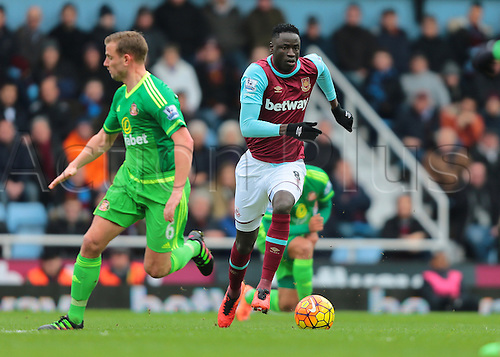 27.02.2016. Boleyn Ground, London, England. Barclays Premier League. West Ham versus Sunderland. West Ham United Midfielder Cheikhou Kouyate beats Sunderland Midfielder Lee Cattermole
