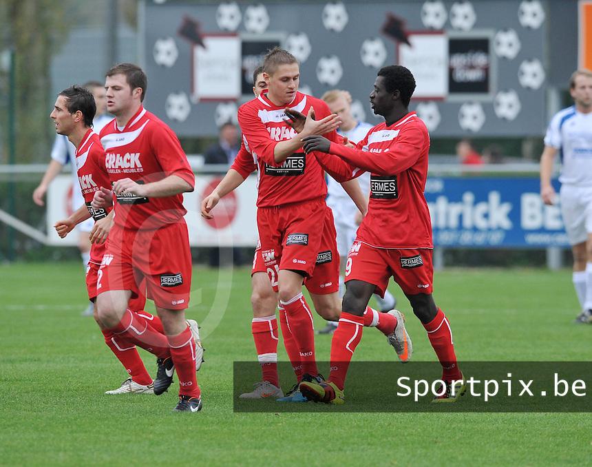 KVK Ieper - KSV Diksmuide : vreugde bij Vadim Dotsenko (midden) en Ieper na de vroege 1-0. Aliou Lamah (rechts) feleciteert de doelpuntenmaker.foto VDB / BART VANDENBROUCKE