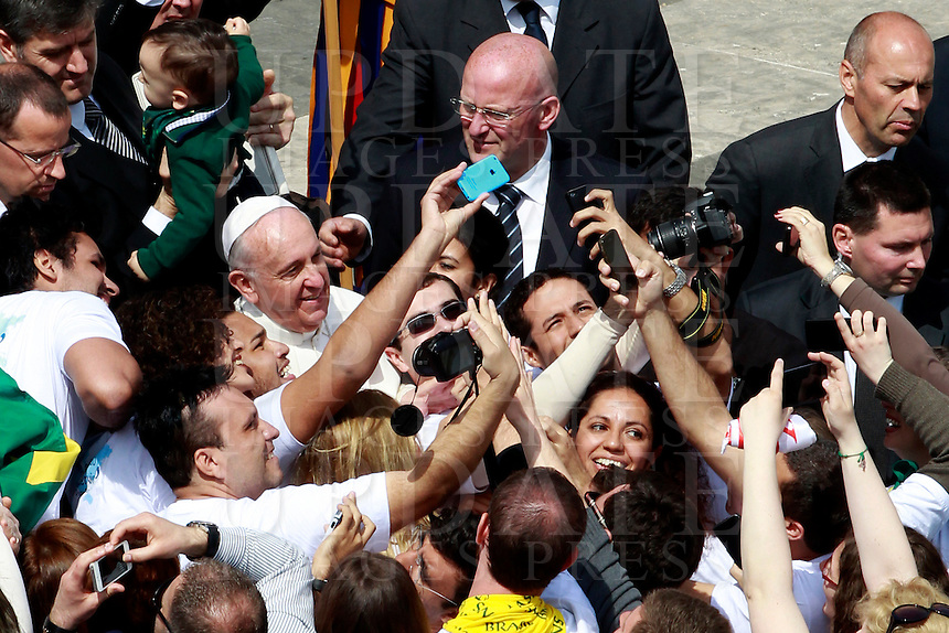 Papa Francesco si fa fotografare con i fedeli al ternine della messa per la Domenica delle Palme in piazza San Pietro, Citta' del Vaticano, 13 aprile 2014.<br /> Faithful take pictures with Pope Francis at the end of the Palm Sunday mass in St. Peter's square at the Vatican, 13 April 2014.<br /> UPDATE IMAGES PRESS/Isabella Bonotto<br /> <br /> STRICTLY ONLY FOR EDITORIAL USE