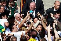 Papa Francesco si fa fotografare con i fedeli al ternine della messa per la Domenica delle Palme in piazza San Pietro, Citta' del Vaticano, 13 aprile 2014.<br /> Faithful take pictures with Pope Francis at the end of the Palm Sunday mass in St. Peter's square at the Vatican, 13 April 2014.<br /> UPDATE IMAGES PRESS/Isabella Bonotto<br /> <br /> STRICTLY ONLY FOR EDITORIAL USE