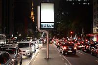 ATENÇÃO EDITOR: FOTO EMBARGADA PARA VEÍCULOS INTERNACIONAIS. SAO PAULO, 27 DE SETEMBRO DE 2012 - CLIMA TEMPO SP - Termometros marcam 14 graus na noite desta quinta feira, no Avenida Paulista, regiao central da capital. (27). FOTO: ALEXANDRE MOREIRA - BRAZIL PHOTO PRESS