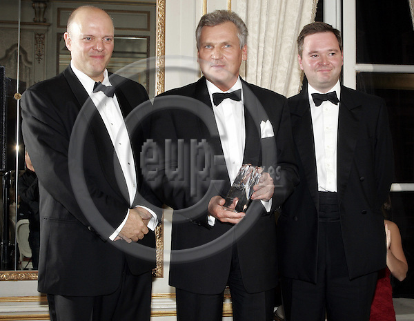 BRUSSELS - BELGIUM - 29 NOVEMBER 2005 -- EV50 Gala. -- Dennis LANDSBERT_NOON (L), Publisher, Aleksander KWASNIEWSKI (M), Statesman of the Year and Jeremy GALBRAITH (R) from Burson-Marsteller.   -- PHOTO: JUHA ROININEN / EUP-IMAGES
