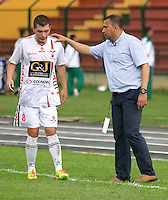 FLORIDABLANCA -COLOMBIA, 28-09-2014.  Harold Rivera técnico de Patriotas FC habla con Ruben Leonardo Pico (Izq) durante partido contra Alianza Patrolera por la fecha 12 de la Liga Postobon II 2014 disputado en el estadio Alvaro Gómez Hurtado de la ciudad de Floridablanca./ Harold Rivera coach of Patriotas FC talks with Ruben Leonardo Pico during match against Alianza Petrolera for the 12th date of the Postobon League II 2014 played at Alvaro Gomez Hurtado stadium in Floridablanca city Photo:VizzorImage / Duncan Bustamante / STR?