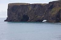 """Kap Dyrhólaey, Dyrholaey, """"Türlochinsel"""" ist eine 115 m hoch aufragende Halbinsel im Süden Islands, etwa 6 km westlich von Vík í Mýrdal, Island."""