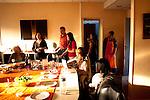 Les invités arrivent les uns aprés les autres vers 19H00. Les migrants qui participent au repas proviennent le plus souvent du cour d'alphabetisation propose par le reseau chretiens immigrés. l'association le gout de l'autre s'occupe de rencontre d'organiser chaque dernier jeudi du mois un diner, réunissant autour d'une même table 7 migrants et 7 français. Le repas est préparé par un migrants et un français.