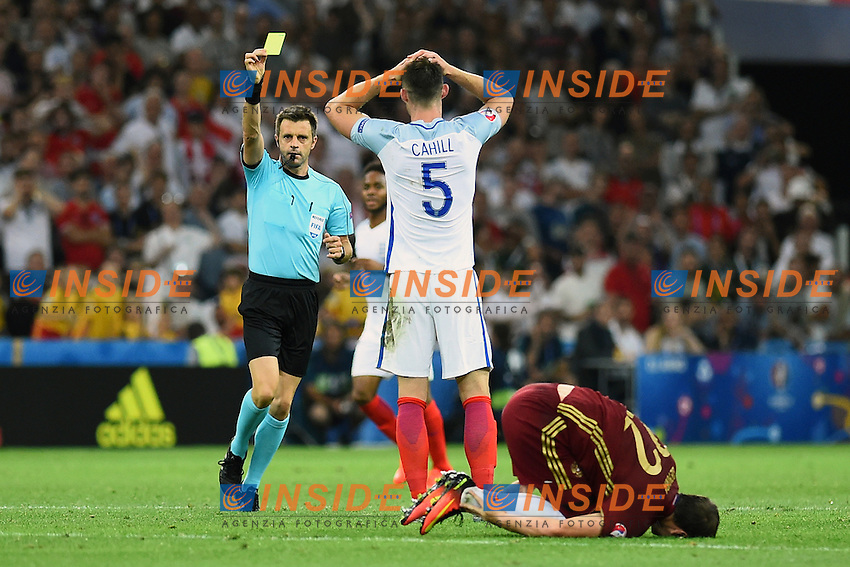 Nicola Rizzoli shows a yellow card to Gary Cahill<br />