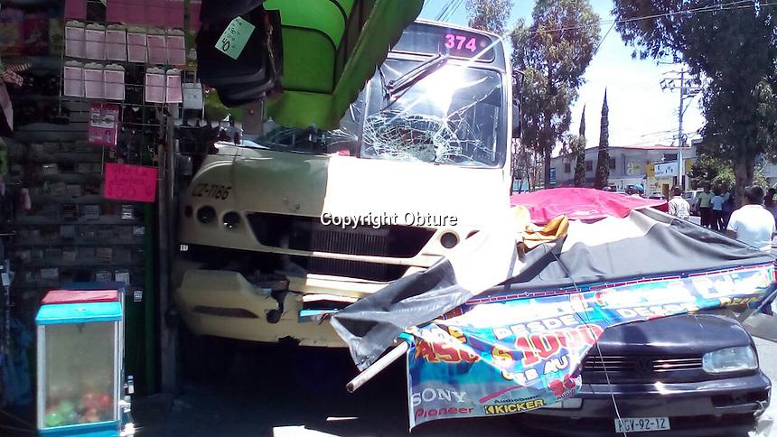 El conductor de un autobús de pasajeros perdió el control y se subió a la banqueta después de impactar a dos vehículos mientras circulaba en boulevard de Las Américas. En este accidente no se reportaron personas lesionadas.