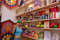 Negozio di giocoleria a San Lorenzo, storico quartiere di Roma..Juggling store in San Lorenzo, historic district of Rome....