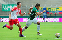 CALI -COLOMBIA-10-04-2016. Andres Felipe Roa (Izq) del Deportivo Cali disputa el balón con Luis Manuel Seijas (Der) de Independiente Santa Fe durante partido por la fecha 12 de la Liga Águila I 2016 jugado en el estadio Palmaseca de Cali./ Andres Felipe Roa (L) player of Deportivo Cali fights for the ball with Luis Manuel Seijas (R) player of Independiente Santa Fe during match for the date 12 of the Aguila League I 2016 played at Palmaseca stadium in Cali. Photo: VizzorImage/ NR / Cont