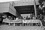 Piquete na porta do Estadão, greve dos Jornalistas. SP. 1979. Foto de Juca Martins.
