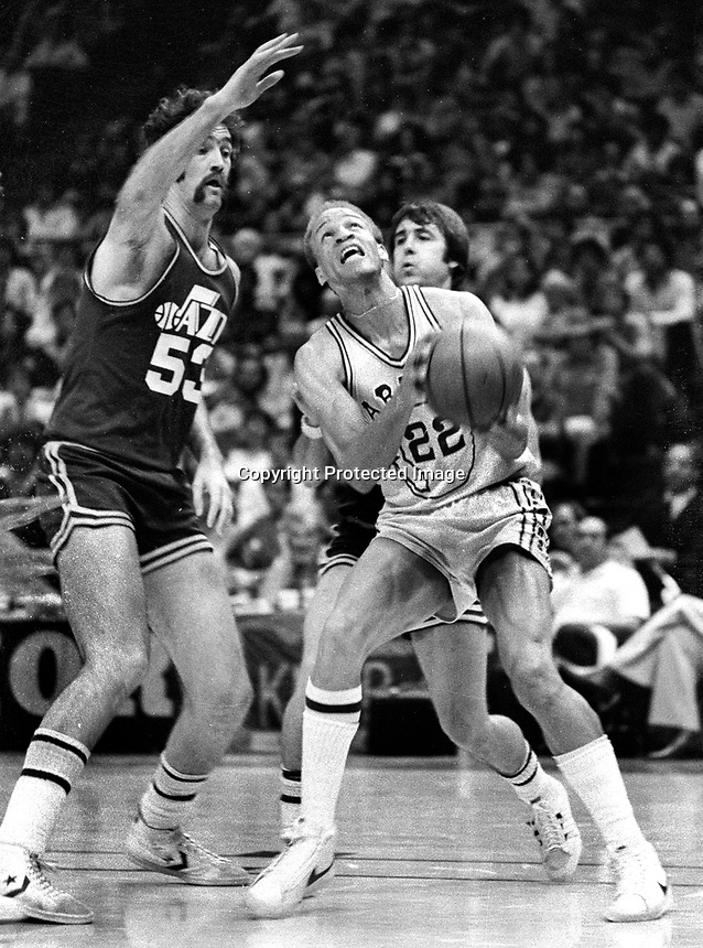 Golden State Warriors Sonny Parker against Jazz #53 Rich Kelly.(1978 photo/Ron Riesterer)