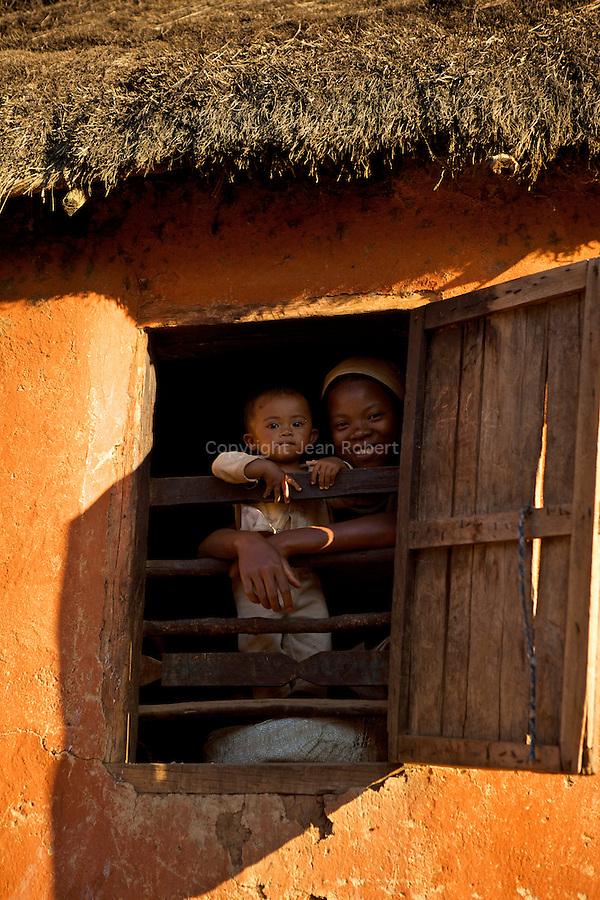 village d'Antsahabe  d'environ 1000 habitants, utilisent des mate?riaux tre?s traditionnels : fabrication de briques argileuses pour la construction, chaume pour le toit (en ravinela, arbre du voyageur),