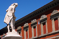 Europe/Italie/Emilie-Romagne/Bologne : Statue de Galvani et arcades place Galvani