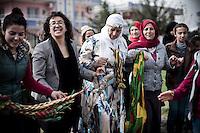 Ayse Gokkan (avec les lunettes) a été kidnappée en 1991, avec un sac sur la tête. Elle a été abusé plusieurs fois par la police. Elle va poursuivre l'Etat turc devant la Cours européenne des droits de l'Homme pour les abus faits aux femmes, la présence des mines anti-personnelles dans la ville de Nusaybin au niveau de la frontière et la construction du mur de séparation avec la Syrie.