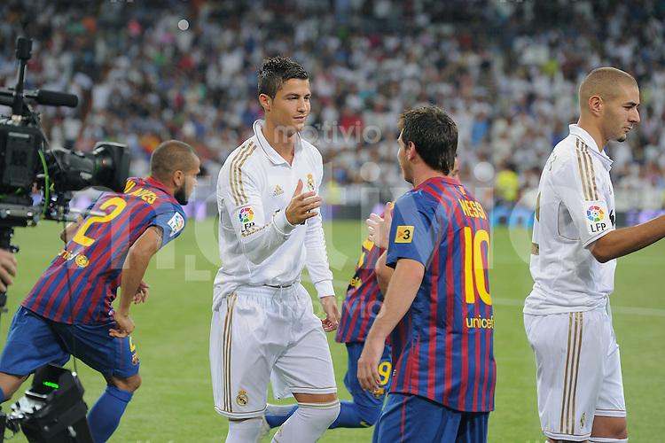 FUSSBALL  INTERNATIONAL  PRIMERA DIVISION  SAISON 2011/2012   14.08.2011 El Clasico  Super Cup 2011 Real Madrid - FC Barcelona Shake Hands vor dem Spiel; Cristiano Ronaldo (li, Real Madrid) und Lionel Messi (Barca)