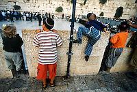 GERUSALEMME / ISRAELE.BAMBINI EBREI NEI PRESSI DEL MURO DEL PIANTO.FOTO LIVIO SENIGALLIESI..JERUSALEM / ISRAEL.CHILDREN NEAR THE WAILING WALL..PHOTO LIVIO SENIGALLIESI