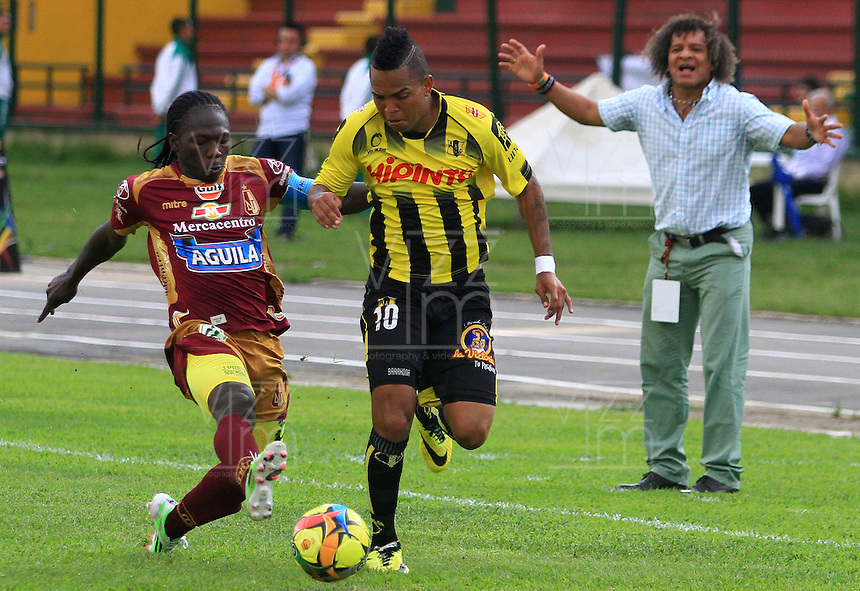 FLORIDABLANCA -COLOMBIA, 02-11-2014.  Nelson Barahona (Der) jugador de Alianza Petrolera disputa el balón con Yimmy Chara (Izq) de Deportes Tolima durante encuentro  por la fecha 17 de la Liga Postobon II 2014 disputado en el estadio Alvaro Gómez Hurtado de la ciudad de Floridablanca./ Nelson Barahona (R) player of Alianza Petrolera fights for the ball with Yimmy Chara (L) player of Deportes Tolima during match for the 17th date of the Postobon League II 2014 played at Alvaro Gomez Hurtado stadium in Floridablanca city Photo:VizzorImage / Duncan Bustamante / STR