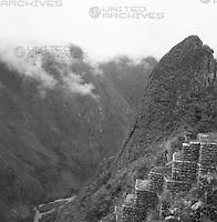 Die gut erhaltene Ruinenstadt Machu Picchu in den Anden über dem Urubambatal, Peru 1960er Jahre. Remains of Inca town Machu Picchu in the Andes, Peru 1960s.
