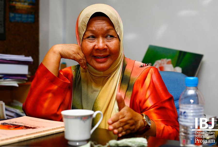 Shamsiah Rahman, former special advisor to the Ministry of Women, Family and Community Development, holds an interview with 2010 JusticeMakers Fellow Dato' Yasmeen Shariff and IBJ Journalist Liam Hanlon  agrees to assist  with her project to introduce juvenile diversion.