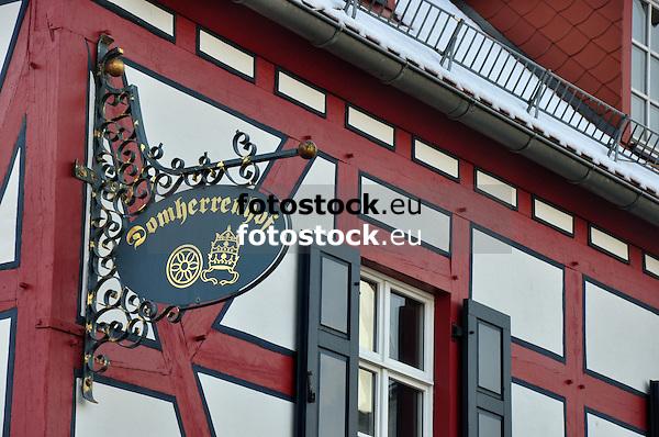 Schild Domherrenhof und Detail der Fachwerkfassade