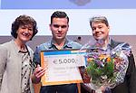 UTRECHT - Karin Pannekoek reikt de Vrijwilligers Award van het Jaar uit aan Thomas Sramek  van MHC Lelystad uit.rechts KNHB directeur Erik Gerritsen,   Foto Koen Suyk.