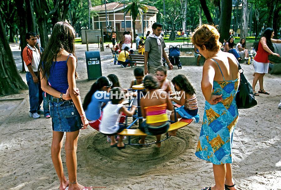 Crianças brincando em parquinho no Jardim da Luz em São Paulo. 2004. Foto de Juca Martins.