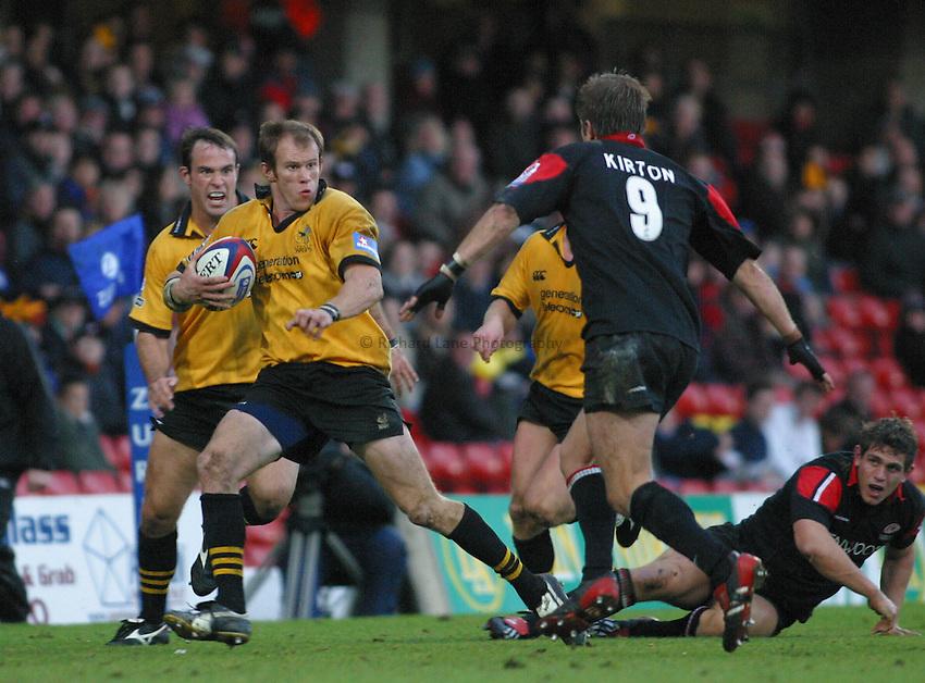Photo: Jo Caird.Saracens V Wasps .Zurich Premiership 2003/4.26/10/2003..Jonny O'Connor attacks.