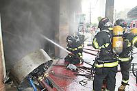 SAO PAULO, SP, 23-11-2014, INCENDIO. Um aloja de calçados que fica na Av Regente Feijo  nº 774 no bairro da Agua Rasa, foi totalmente destruida por um incendio de grandes proporçoes. Os tres andares ficaram completamente destruidos, ninguem ficou ferido. Cerca de 10 viaturas dos Bomeniros atenderam a ocorrencia.        Luiz Guarnieri/ Brazil Photo Press.
