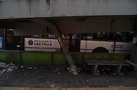 SAO PAULO, SP, 18.10.2013 – ÔNIBUS BATE E DERRUBA PONTO DE ÔNIBUS: Um ônibus da linha Terminal Capelinha x Praça Dom Gaspar L. Pinto  colidiu e derrubou um grande ponto de ônibus na Av. Santo Amaro, altura do numero 1350 na zona sul de São Paulo. Segundo informações, ninguém ficou ferido. Foto: Levi Bianco - Brazil Photo Press.