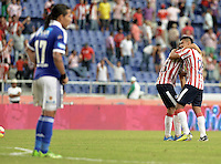 BARRANQUIILLA -COLOMBIA-27-10-2013. Jugadores del Atlético Junior celebran la victoria sobre Millonarios en partido válido por la fecha 16 de la Liga Postobón II 2013 jugado en el estadio Metropolitano Roberto Meléndez de la ciudad de Barranquilla./ Atletico Junior players celebrate the victory against  Millonarios in match valid for the 16th date of the Postobon League II 2013 played at Metropolitano Roberto Melendez stadium in Barranquilla city.  Photo: VizzorImage/Gabriel Aponte/STR