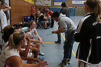 Trainerin Marion Friedrich (TVGG) bei der Ansprache an ihr Team