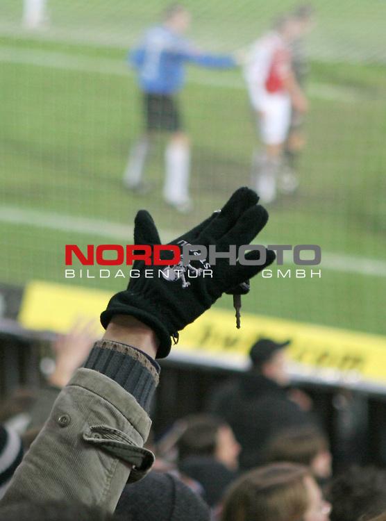 2.Liga FBL 2008/2009  15. Spieltag Hinrunde<br /> FC St.Pauli &ndash; vs. FC Ingolstadt 04 1:0<br /> <br /> <br /> Support: St.Pauli Fans erwarten mit Schl&uuml;sselbund einen Eckball. Dieser Fan tr&auml;gt im Winter St.Pauli Handschuhe.<br /> <br /> <br /> <br /> Foto &copy; nph (nordphoto)<br /> <br /> *** Local Caption ***
