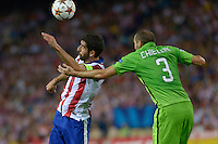 MADRID - ESPAÑA - 01-10-2014: Raul García (Izq.) jugador de Atletico de Madrid de España, disputan el balon Giorgio Chiellini (Der.) jugador de Juventus de Italia durante partido del la UEFA Liga de Campeones, Atletico de Madrid  y Juventus en el estadio Vicente Calderon de la ciudad de Madrid, España. / Raul García (L), player of Atletico de Madrid of Spain vies for the ball with Giorgio Chiellini (R) player of Juventus of Italy, during a match between Atletico de Madrid  y Juventus for the UEFA Champions League in the Vicente Calderon stadium in Madrid, Spain  Photo: Asnerp / Patricio Realpe / VizzorImage.