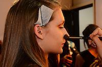 RIO DE JANEIRO, RJ, 09.11.2013 - FASHION RIO / FILHAS DE GAIA -  Backstage da grife Filhas de Gaia, durante o Fashion Rio, coleção Outono/Inverno 2014, no Píer Mauá, na zona portuária da capital carioca, neste sábado, 09 (Foto: Marcelo Fonseca / Brazil Photo Press).