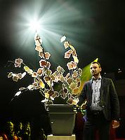 Nederland Amsterdam 2015 11 29.  EUREKA! Festival bij de Westergasfabriek. Tijdens dit veelzijdige en inspirerende festival ervaar je hoe wetenschap onze maatschappij, technologie, economie en ons leven verrijkt. HBO Innovatie Catwalk in het Transformatorhuis. Zonneboom ofwel Elek Tree.  De blaadjes van de boom zijn zonnecellen.  Foto Berlinda van Dam / Hollandse Hoogte