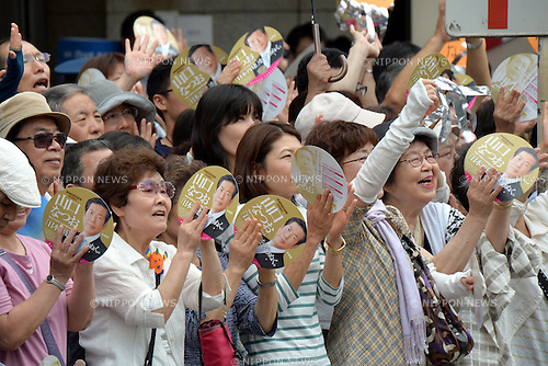 July 4, 2013, Tokyo, Japan - Supporters of Japan's New Komeito wave to Natsuo Yamaguchi as the leader of a political party founded by a religious organization makes his campaign for the July 21 upper house election in Tokyo on Thursday, July 4, 2013. Contested are half the 242seats in less powerful upper house of Japan's parliament.  (Photo by Natsuki Sakai/AFLO)