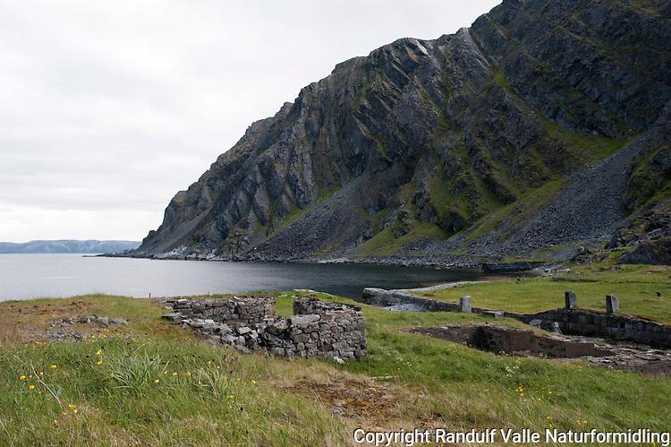 Ruiner fra det fiskeværet Finnkongkeila på Nordkynn. ---- Ruins from te willage Finnkongkeila.