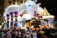 ATENCAO EDITOR: FOTO EMBARGADA PARA VEICULOS INTERNACIONAIS. SAO PAULO, SP, 13 DE DEZEMBRO DE 2012 - E grande a movmentacao de pessoas na Avenida Paulista, na noite desta quinta feira, 13, para visualizacao dos enfeites e atracoes de Natal, regiao central da capital. FOTO: ALEXANDRE MOREIRA - BRAZIL PHOTO PRESS.