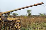 Afrika ANGOLA Panzerwrack aus dem Buergerkrieg 1975 - 2002 zwischen MPLA und UNITA bei Quibala, einige Landstriche sind immer noch vermint und lassen keine Landwirtschaft zu / Africa ANGOLA old russian tank from civil war between MPLA and UNITA near Quibala, some areas have land mines and make agriculture impossible