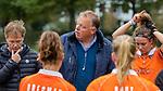 BLOEMENDAAL  - coach Jeroen Visser (Bldaal) tijdens de hoofdklasse competitiewedstrijd vrouwen , Bloemendaal-Pinoke (1-2) .  links assistent coach Diederik van Weel (Bldaal) en rechts Carmel Bosch (Bldaal)  COPYRIGHT KOEN SUYK