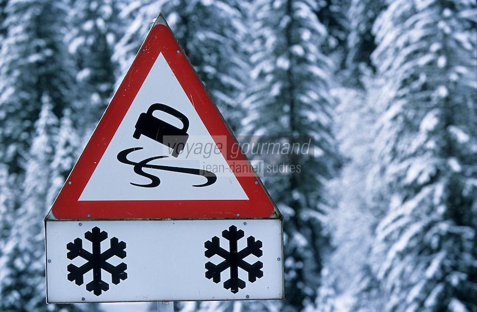 Europe/Suisse/Saanenland/Env Gstaad: Col du Pillon - Signalisation routière sur la route du col