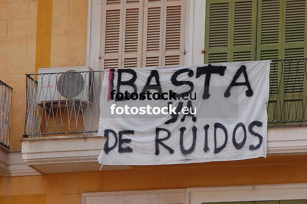 Enough of the noise - protest banner at a balcony, Plaza Mayor<br /> <br /> Basta ya de Ruidos - bandera de protesta en un balc&oacute;n, Plaza Mayor<br /> <br /> Es reicht mit dem L&auml;rm - Protesttransparent an einem Balkon, Plaza Mayor <br /> <br /> 3008 x 2000 px<br /> 150 dpi: 50,94 x 33,87 cm<br /> 300 dpi: 25,47 x 16,93 cm