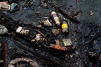 """Manaus AM- 26 04 2012 - Detalhe de igarapé polído no bairro da Raiz, onde mora uma população de 20 mil pesoas em a´reas atingidas pela cheia.  A série """" Amazonas  e as águas"""" retrata a relação da população que sofre os eventos das mudanças climáticas que tem causado cheias e secas recordes nos útimos anos, eventos extremos que acotecem com cada vez mais frequencia. Ao mesmo tempo que não respeitam a natureza, os amazônidas desviam leitos de rios, construoem em áeas protegidas,  poluindo as águas, tem que adaptar-se aos ciclos das águas passando a conviver com esta situação com grande naturalidade. (Foto Alberto Cesar Araujo)"""